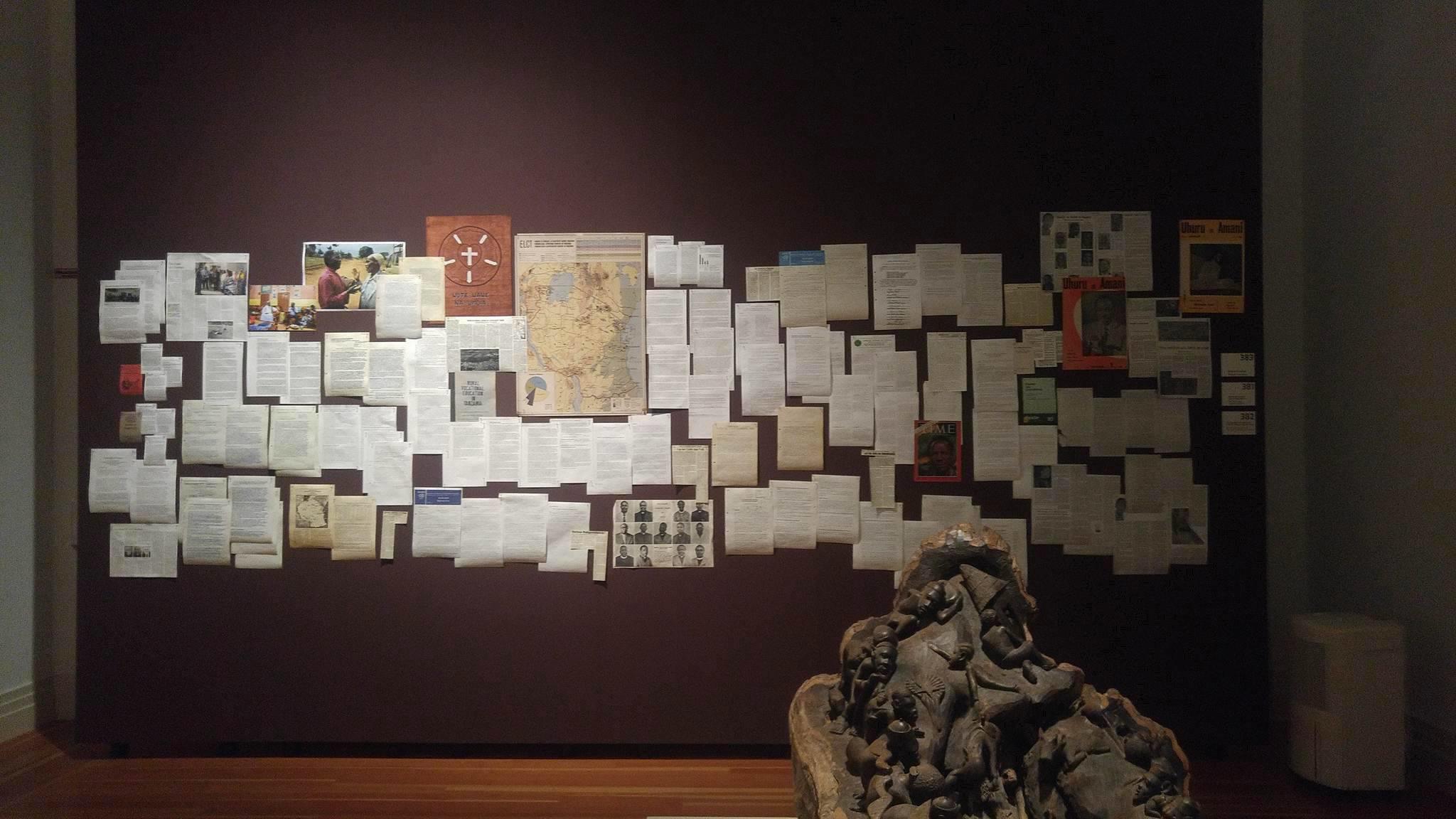 Collage von Zeitungen im Gropius Bau in Berlin